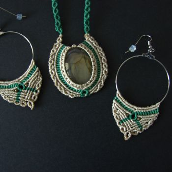 """Beige macrame set """"Labrador"""" with labradorite cabochon (necklace and earrings)"""